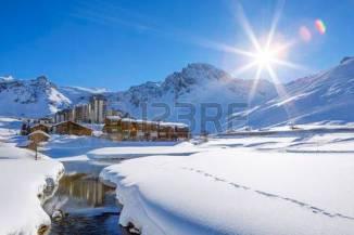 36630068-vista-del-pueblo-de-tignes-con-sol-francia